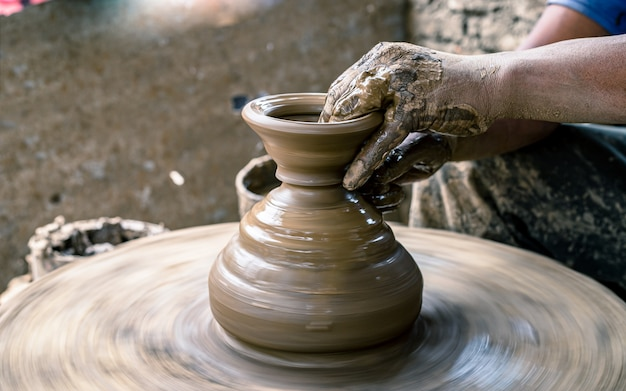 Fazendo artesanato panela de barro de cerâmica em bhaktapur, nepal.