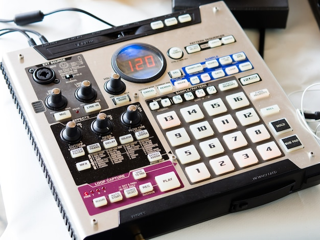Fazendo batidas de hip hop em um controlador de bateria eletrônica e toca-discos em um estúdio caseiro