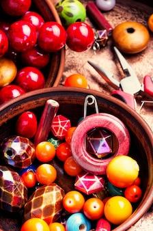 Fazendo bijuterias de miçangas coloridas