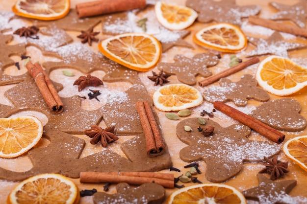 Fazendo biscoitos de gengibre. cozimento de natal.