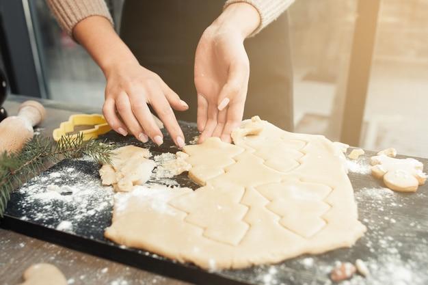 Fazendo biscoitos de gengibre para árvores de natal