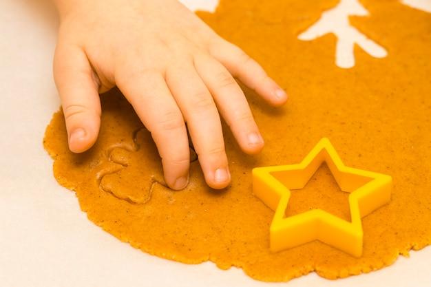Fazendo biscoitos de natal caseiros em várias formas.