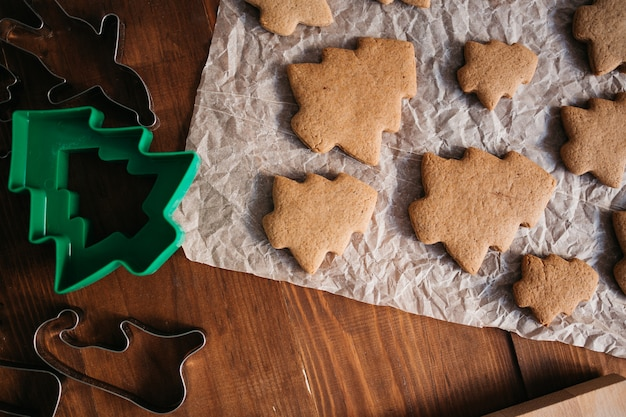 Fazendo biscoitos de natal.