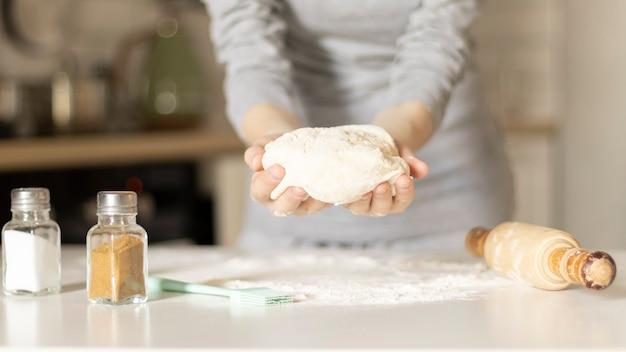 Fazendo biscoitos de páscoa, mãos femininas com massa