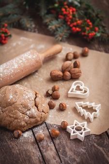 Fazendo biscoitos doces de natal com amendoim