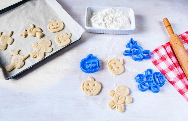 Fazendo biscoitos para o dia das bruxas e ação de graças. comida divertida para as crianças, um lanche para uma festa.