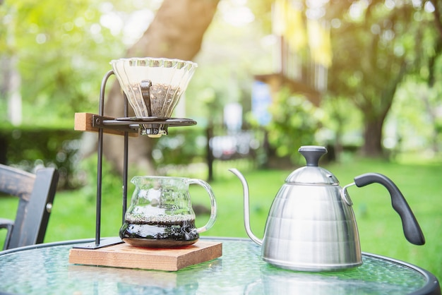 Fazendo café de gotejamento no café vintage com natureza jardim verde