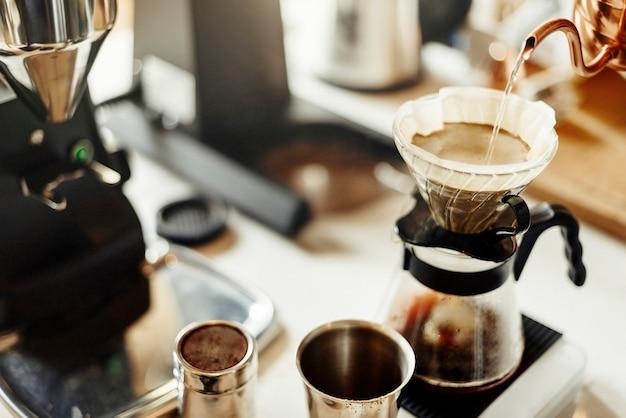 Fazendo café de gotejamento no café