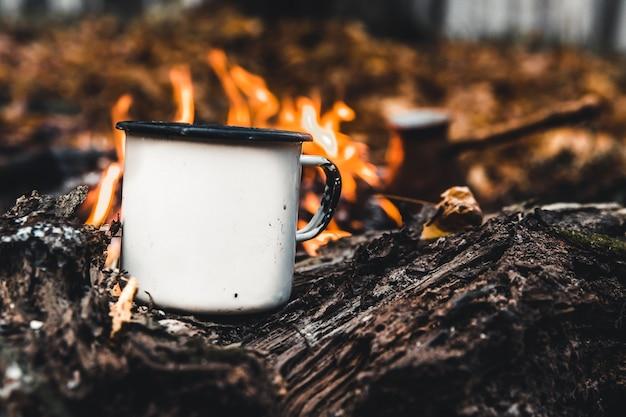 Fazendo café na fogueira. faça café ou chá no fogo da natureza. fogo queimado. um lugar para o fogo. cinzas e carvão.