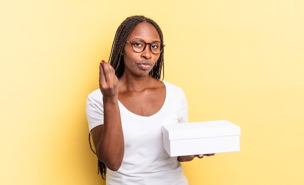 Fazendo capice ou gesto de dinheiro, mandando você pagar suas dívidas! e segurando uma caixa vazia