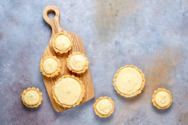 Fazendo caseiros mini tortinhas rústicas, vista superior.
