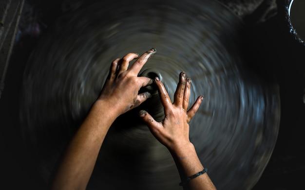 Fazendo cerâmica artesanal em bhaktapur, nepal.