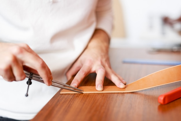 Fazendo cinto de couro