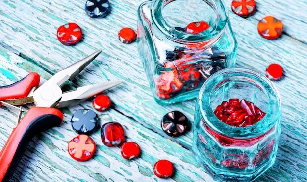 Fazendo colares de contas de vidro.