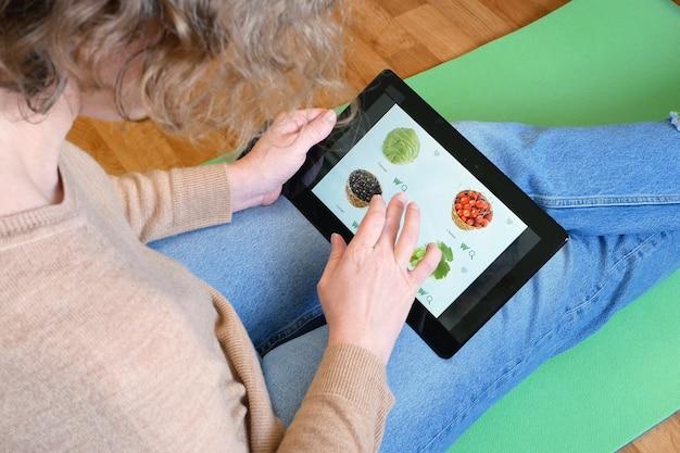 Fazendo compras no supermercado online para mercearia de alimentos verdes, closeup