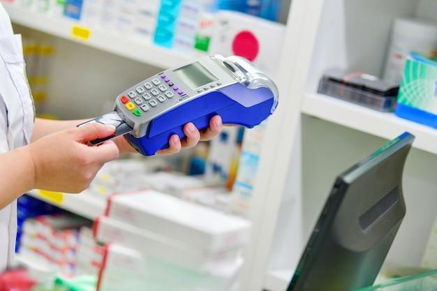 Fazendo compras, pagando com cartão de crédito e usando um terminal