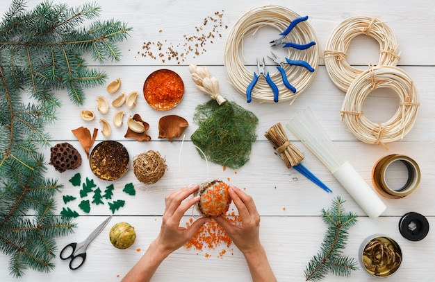 Fazendo enfeites de natal artesanais