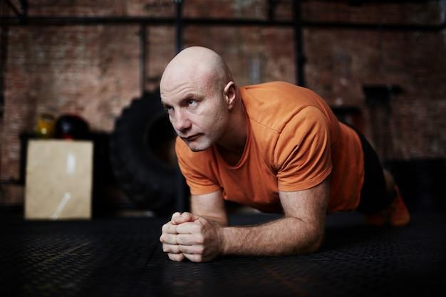 Fazendo exercício de prancha no ginásio