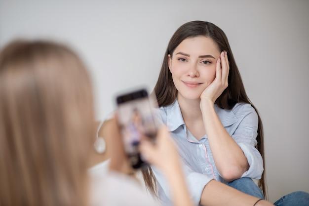 Fazendo fotos. uma garota fazendo foto de sua linda mãe