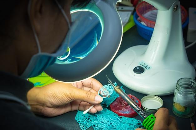 Fazendo jóias de cera antes de fundir