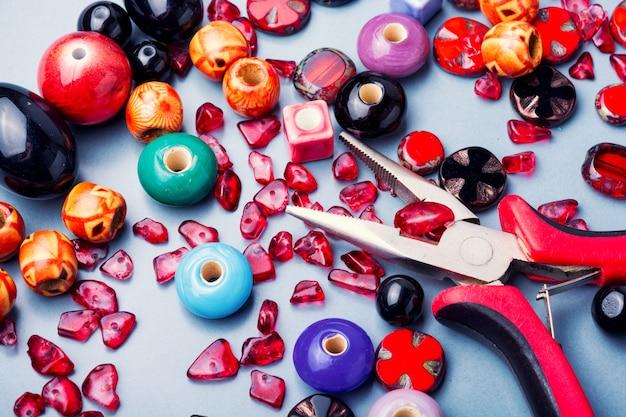 Fazendo jóias de miçangas coloridas