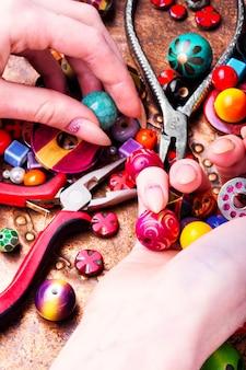 Fazendo jóias de miçangas
