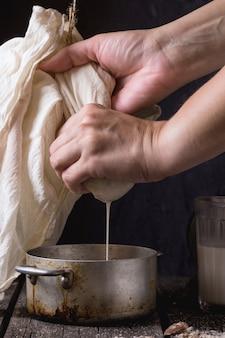 Fazendo leite de amêndoa não lácteos