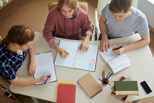 Fazendo lição de casa juntos