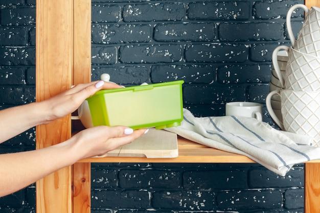 Fazendo limpeza em uma cozinha, mulher e utensílios de mesa