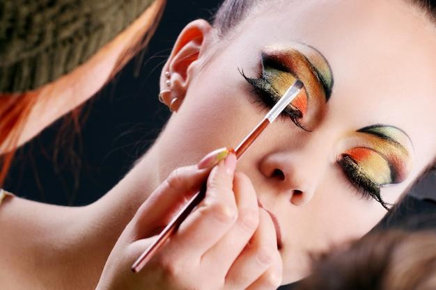 Fazendo maquiagem bonita