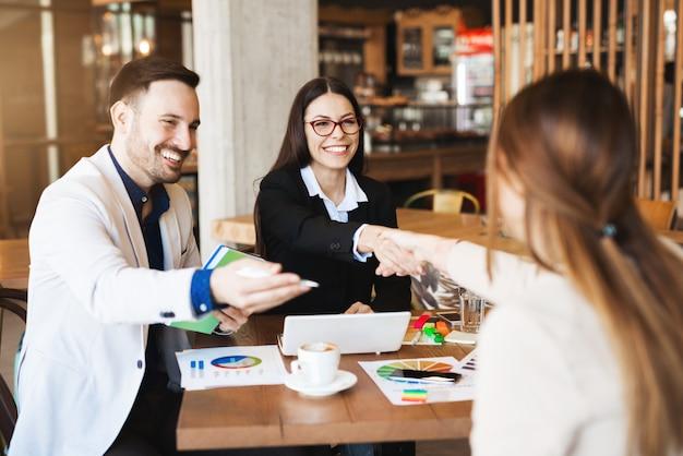 Fazendo negócios assinando documentos. parceiros, apertando as mãos depois de muito tempo discutindo
