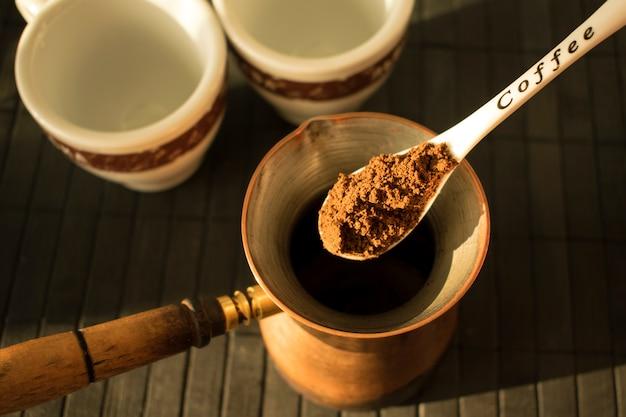 Fazendo o café preto grego / turco tradicional no potenciômetro do café turco.