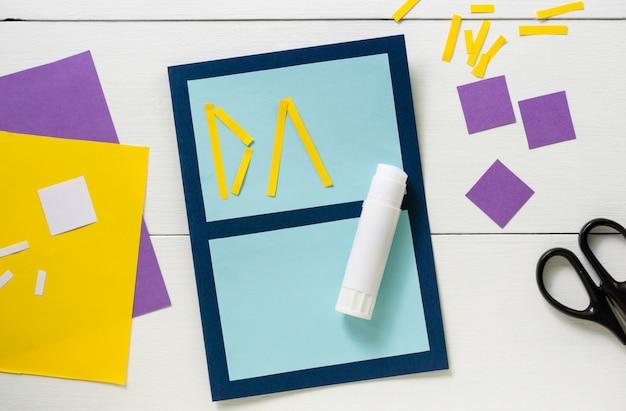 Fazendo o cartão das crianças para o dia dos pais