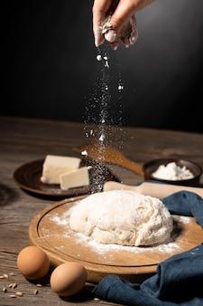 Fazendo pão tradicional de mortos