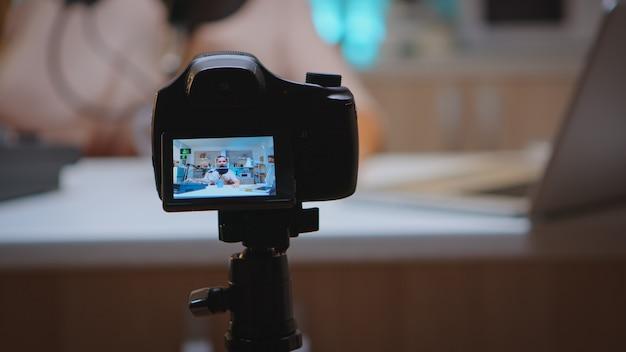 Fazendo produção de vlog com equipamento profissional em home studio. programa on-line criativo produção no ar, transmissão pela internet, transmissão de conteúdo ao vivo, gravação de comunicação em mídia social digital