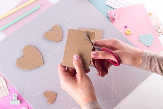 Fazendo projeto diy. decoração de tricô. ferramentas e suprimentos para artesanato. temporada em casa decoração dia dos namorados.