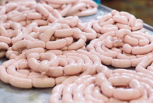 Fazendo salsichas, produção de alimentos na fábrica.