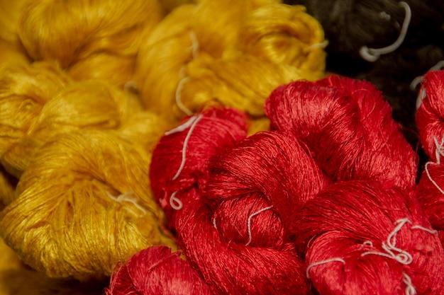 Fazendo seda com casulos de bicho da seda branca por artesanal.