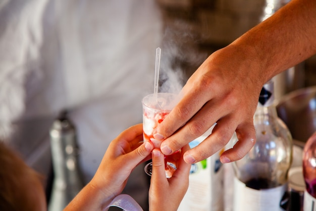 Fazendo sorvete com nitrogênio líquido, cozinha profissional.