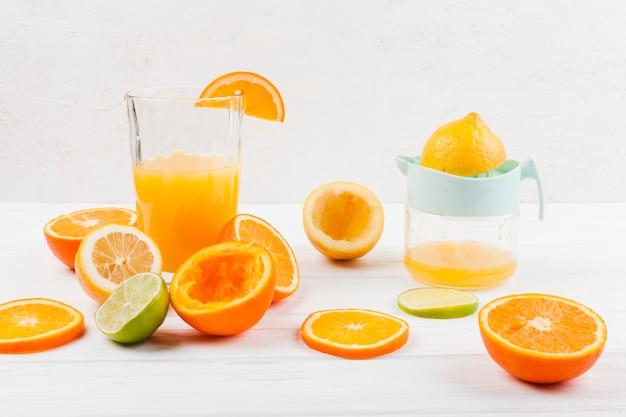Fazendo suco cítrico de frutas frescas