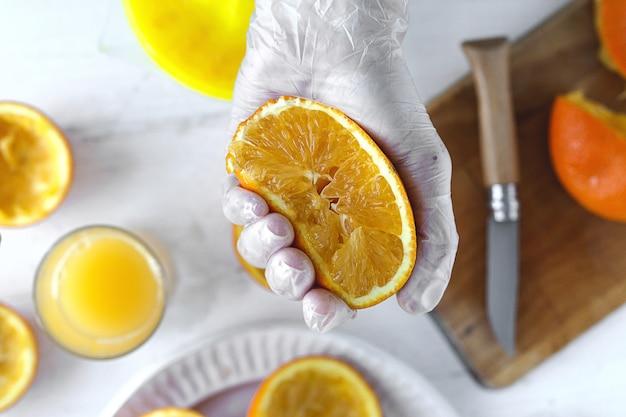 Fazendo suco de laranja fresco na cozinha de cima. bebida saudável. conceito de vegan