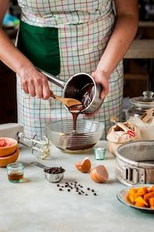 Fazendo torta de abóbora de chocolate