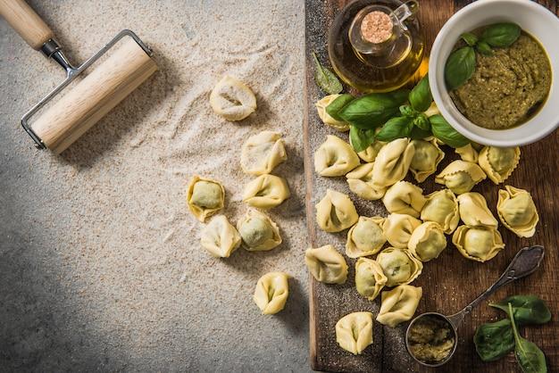 Fazendo tortellini com espinafre fresco, sobrecarga, vista