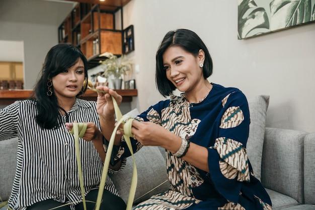 Fazendo tradicional ketupat ou bolo de arroz