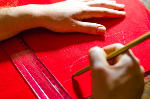 Fazendo um vestido vermelho. vestidos sob medida. marcação de vestidos do produto acabado. desenho de um vestido vermelho. criar vestido vermelho bebê