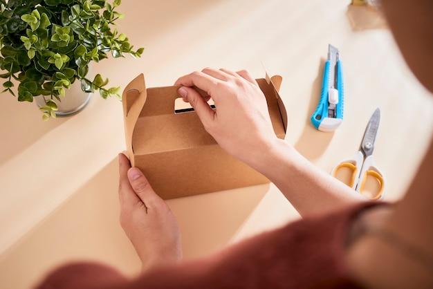 Fazendo uma caixa de presente. conceito de diy.