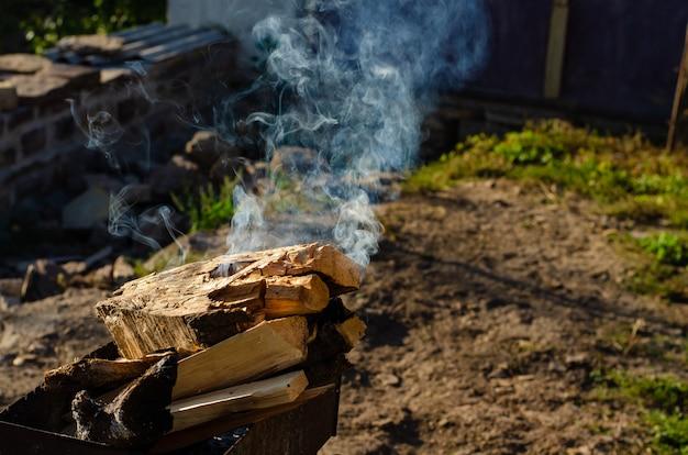 Fazendo uma fogueira para churrasco