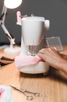 Fazendo uma máscara de tecido com vista frontal da máquina de costura