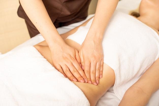 Fazendo uma massagem em um estômago