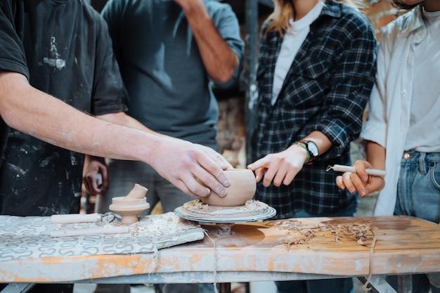 Fazendo uma panela de barro artesanal. aula de cerâmica com mestre.